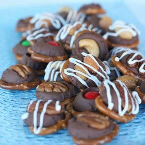 These pretzel turtles are both super easy and super delish!