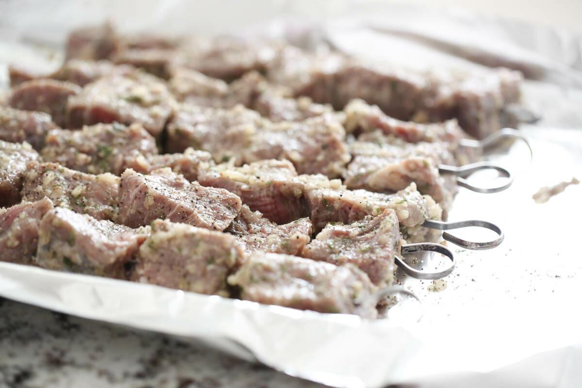 Garlic Beef raw on skewers
